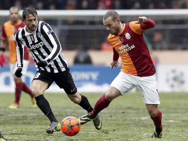 Záložník Galatasaraye Istanbul Wesley Sneijder (vpravo) v souboji s Claudiem Marchisiem z Juventusu Turín.