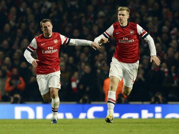 Autor branky Arsenalu Lukas Podolski (vlevo) slaví trefu se spoluhráčem Perem Mertesackerem.