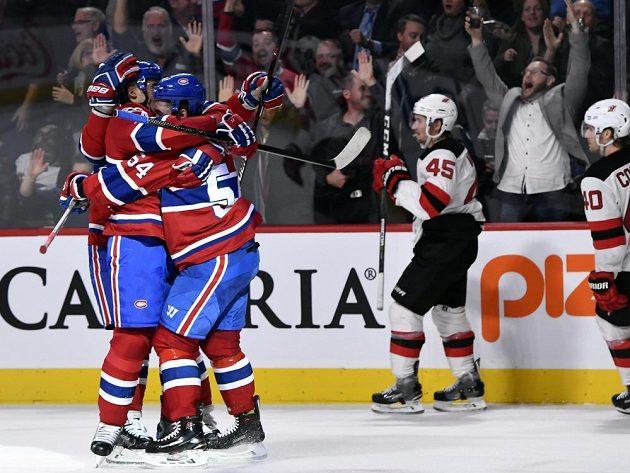 Útočník Montrealu Canadiens Tomáš Plekanec (vlevo) slaví gól v síti New Jersey Devils. Český střelec rozhodl o výhře 2:1 v prodloužení, gratulovat mu přispěchal spoluhráč Charles Hudon (54).