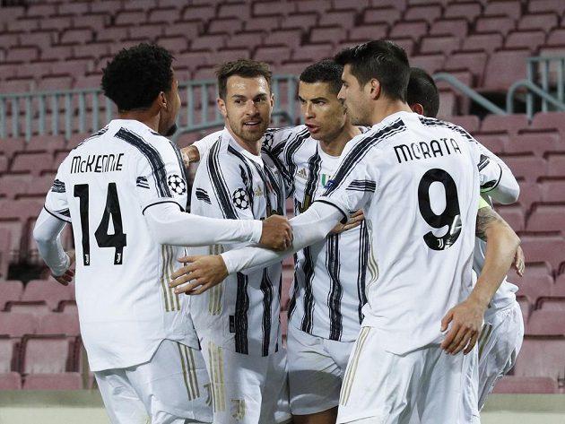 Cristiano Ronaldo oslavuje se spoluhráči z Juventusu gól proti Barceloně.