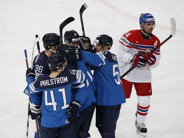 Fin Ville Lajunen slaví se spoluhráči gól v síti českého týmu během utkání mistrovství světa. Radost Suomi koresponduje se zklamáním útočníka Tomáše Plekance.