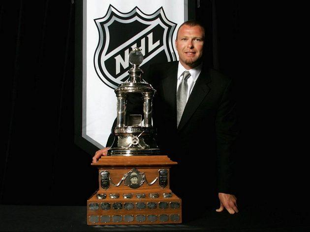 Martin Brodeur s Vezinovou trofejí pro nejlepšího gólmana sezóny NHL. Celkem ji vyhrál čtyřikrát.