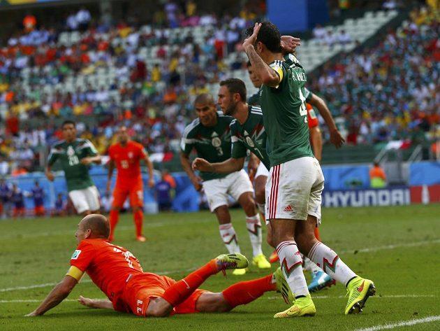 Klíčový okamžik nedělního osmifinále MS, Nizozemec Arjen Robben leží na trávníku po střetu s Rafaelem Márquezem.