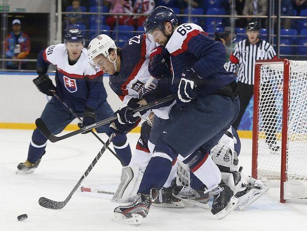 Obránce USA Kevin Shattenkirk (22) a slovenský forvard Tomáš Marcinko (65) bojují o puk v utkání na olympijském turnaji v Soči.