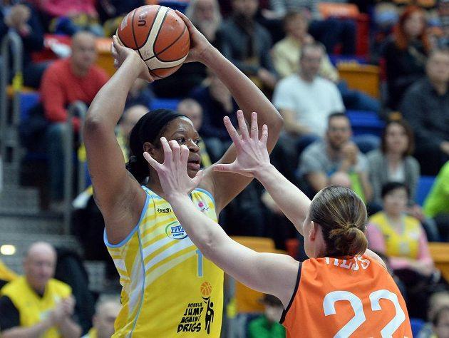 Basketbalistka USK Kia Vaughnová (vlevo) drží míč před Kathrin Ressovou ze Schia.