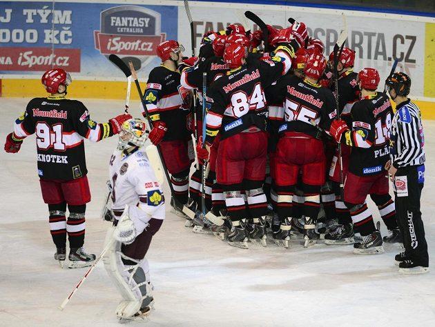 Hokejisté Hradce Králové se radují z vítězství na ledě pražské Sparty.