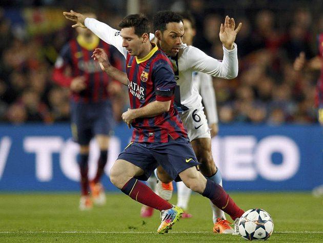 Lionel Messi (vlevo) z Barcelony v souboji s obráncem Manchesteru City Joleonem Lescottem v odvetném osmifinálovém duelu Ligy mistrů.