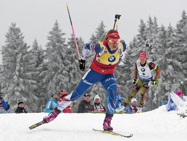 Gabriela Koukalová na trati závodu s hromadným startem v Oberhofu. Za ní jede její německá soupeřka Laura Dahlmeierová.
