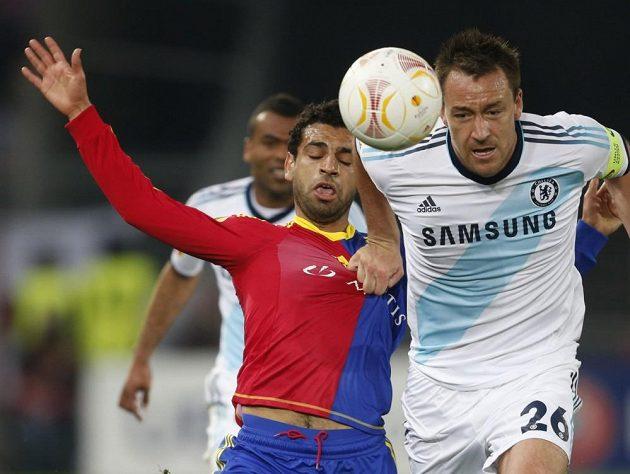 Stoper Chelsea John Terry (vpravo) v souboji s Mohamedem Salahem z Basileje.