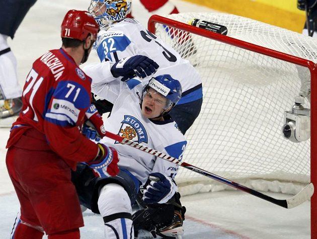 Rus Ilja Kovalčuk (vlevo) udeřil pěstím do obličeje Fina Janneho Pesonena a duel s domácím mužstvem nedohrál.
