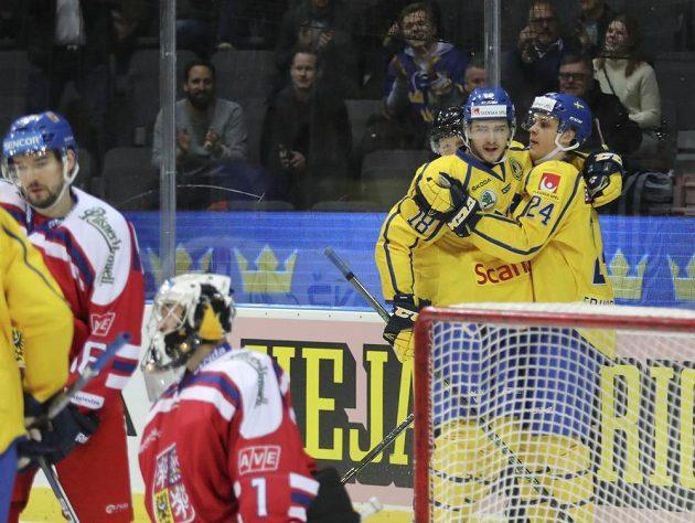 Švéd Joel Eriksson Ek se může radovat, český gólman Jakub Kovar byl na Švédských hrách opět překonán.