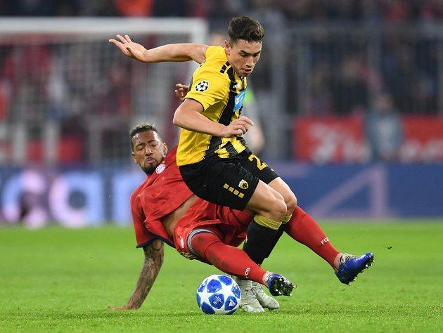 Fotbalista AEK Atény Ezequiel Ponce v akci s Jeromem Boatengem z Bayernu v utkání Ligy mistrů.