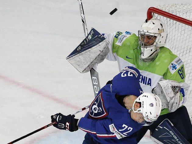 Francouzský hokejista Joradn Perret a Slovinec Matija Pintaric během utkání MS.