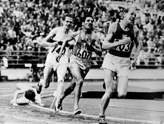 Rok 1952, závod na 5000 metrů na Olympiádě v Helsinkách. Za vedoucím Zátopkem - jeho stín Alain Mimoun.