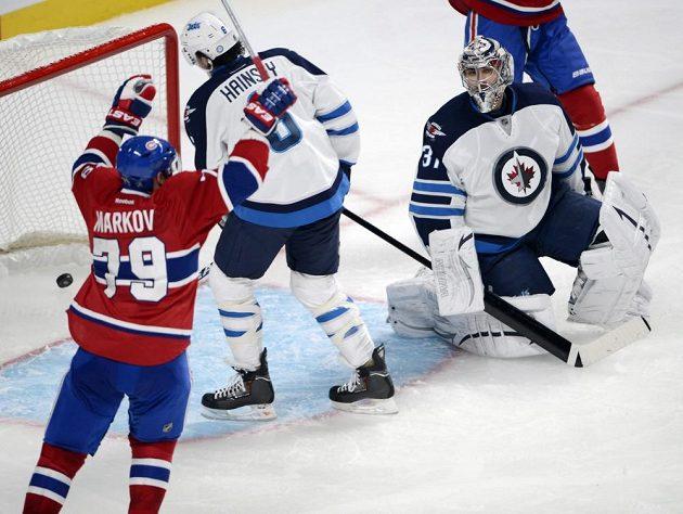 Brankář Winnipegu Pavelec právě inkasoval rozhodující gól z hole Tomáše Plekance.
