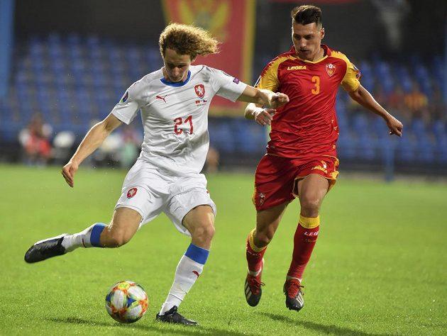 Alex Král (vlevo) v kvalifikačním zápase proti Černé Hoře