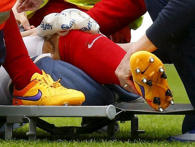 Zdevastované koleno kolumbijského záložníka Mohuče Elkina Sota. Zranění utrpěl v souboji s Rafaelem van der Vaartem z Hamburku.