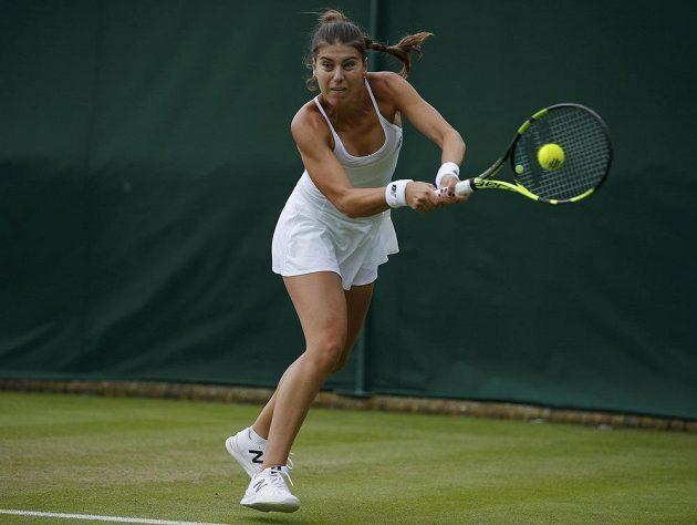 Rumunská tenistka Sorana Cirsteaová v zápase s Petrou Kvitovou v prvním kole Wimbledonu.