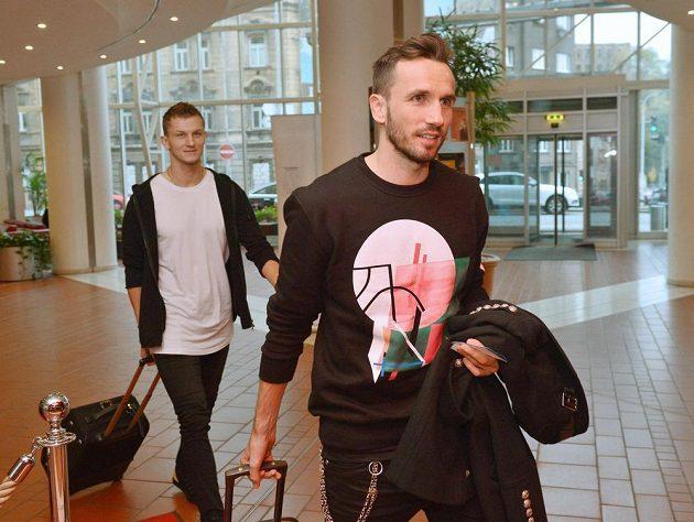 Tomáš Necid (vlevo) a Tomáš Sivok přicházejí na sraz fotbalové reprezentace.