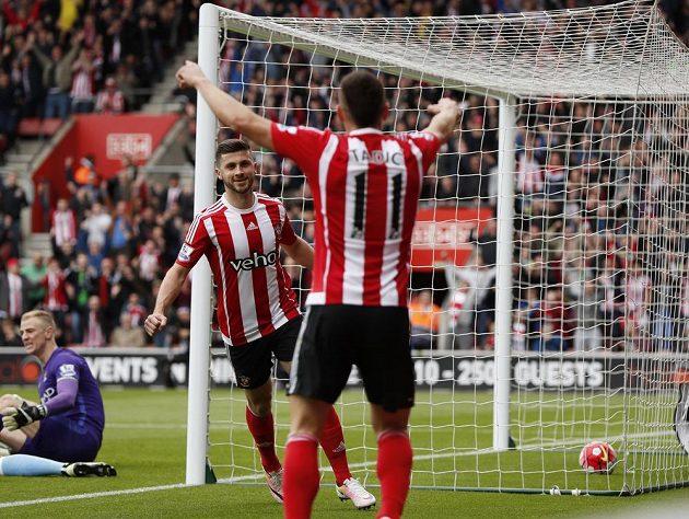 Shane Long (vlevo) a Dušan Tadič ze Southamptonu se radují ze vstřelené branky proti Manchesteru City.