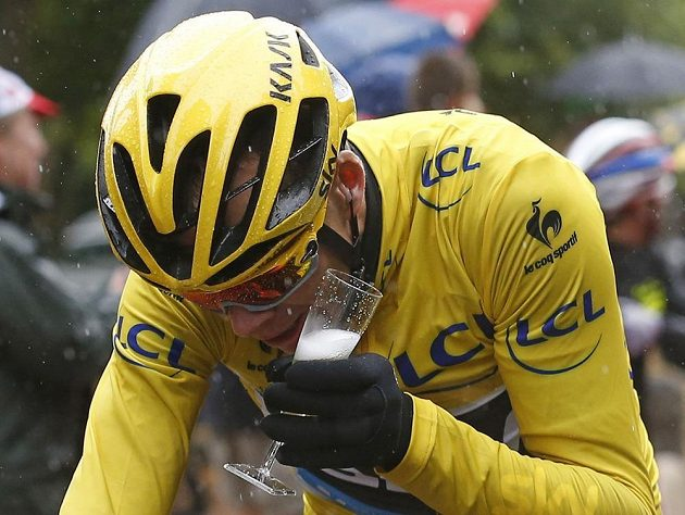 V závěrečné 21. etapě letošního ročníku Tour de France už měl lídr závodu Chris Froome čas i na obligátní šampaňské.