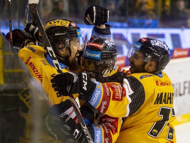 Hokejisté Litvínova se radují z gólu, zleva Richard Jarůšek, Edwin Hedberg a Samson Mahbod.