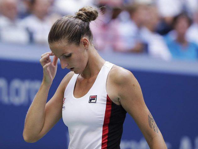Karolína Plíšková kráčí zpět na základní čáru při finále US Open s Angelique Kerberovou z Německa.