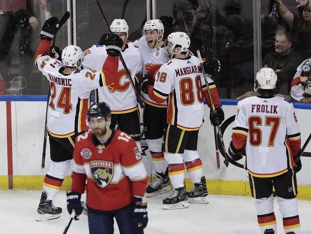 Hokejisté Calgary se radují z vyrovnávací branky