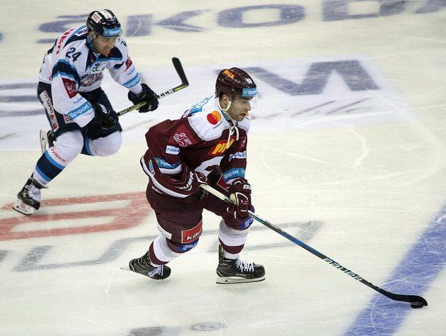 Filip Pyrochta z Liberce pronásleduje hokejistu Sparty Andreje Kudrnu v utkání 34. kola ELH.