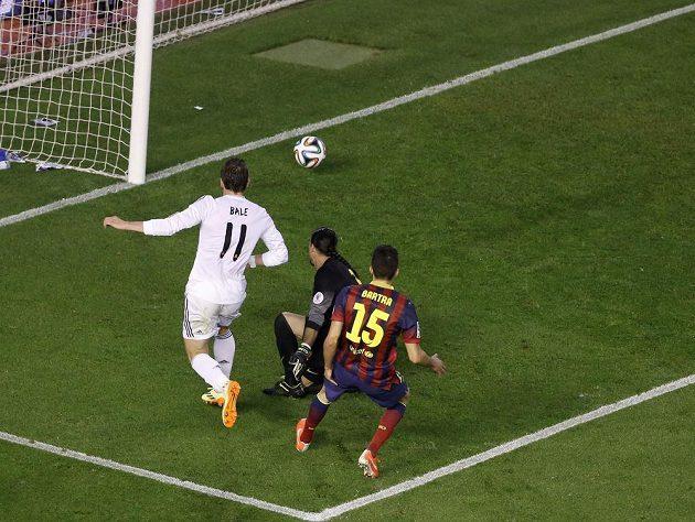 Rozhodující moment utkání - Gareth Bale přesprintoval Marca Bartru, dal jesličky brankáři Barcelony Pintovi a rozhodl o tom, že Španělský pohár poputuje do Madridu.