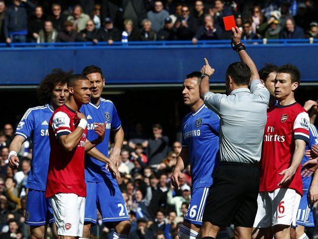Kieran Gibbs z Arsenalu (vpředu vlevo) se diví, co to rozhodčí vytáhl za kartu.
