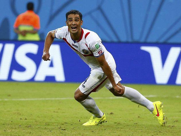 Kostaričan Michael Umaňa slaví postup do čtvrtfinále MS poté, co proměnil rozhodující pokutový kop v utkání s Řeckem.