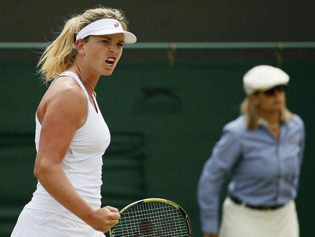 Američanka Coco Vandewegheová v zápase proti Lucii Šafářové během osmifinále Wimbledonu.