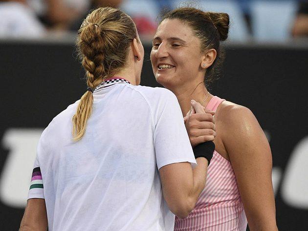 Petra Kvitová (vlevo) přijímá gratulaci od rumunské tenistky Iriny Beguové na Australian Open.