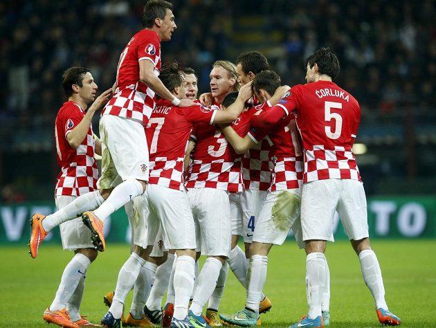 Chorvatský fotbalista Ivan Perišič (schovaný) oslavuje se spoluhráči gól proti Itálii v kvaličikačním duelu o postup na evropský šampionát.