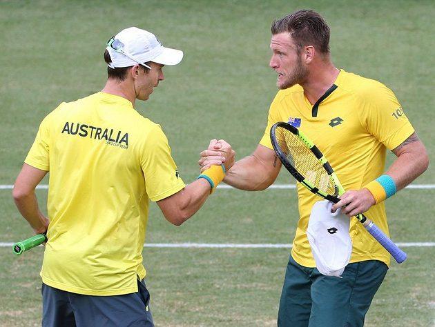 Australané Sam Groth (vpravo) a John Peers si gratulují k vítězství ve čtyřhře Davisova poháru proti Slovensku.