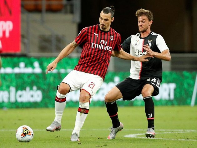 Hvězdný útočník Zlatan Ibrahimovič v dresu AC Milán v akci během duelu s Juventusem v italské lize.