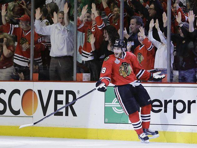 Útočník Chicaga Patrick Kane se raduje ze svého gólu, kterým otevřel skóre pátého zápasu s Bostonem.
