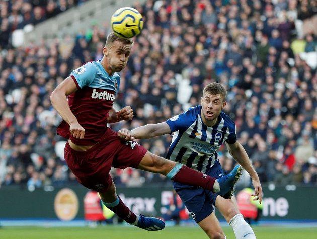 Tomáš Souček hlavičkuje při svém debutu za West Ham v anglické lize, brání ho Adam Webster z Brightonu.