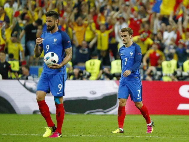 Skleslí Francouzi Olivier Giroud (vlevo) a Antoine Griezmann.