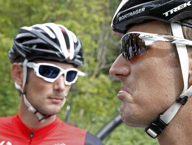 Cyklista stáje LeedTrek Factory Andy Schleck (vpravo) odstoupil kvůli přetrhaným vazům v koleni a prasklému menisku.