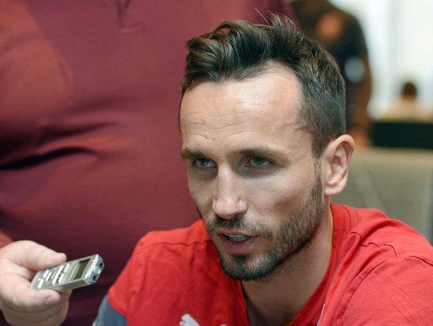 Tomáš Sivok odpovídá na dotazy novinářů na srazu fotbalové reprezentace před kvalifikačním zápasem s Islandem.