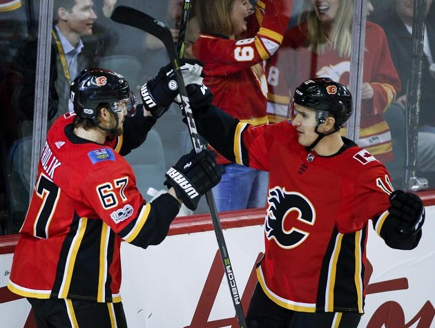 Český útočník Michael Frolík (vlevo) se sice radoval z gólu Calgary Flames v utkání se San Jose, nakonec ale Plameny prohrály 2:3.