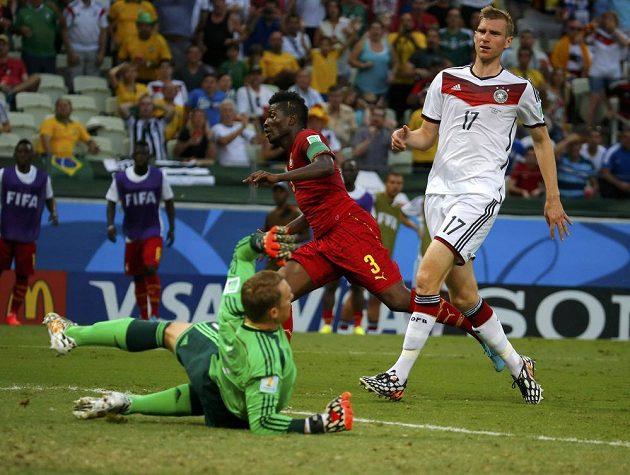 Asamoah Gyan (uprostřed) právě prostřelil německého gólmana Neuera.