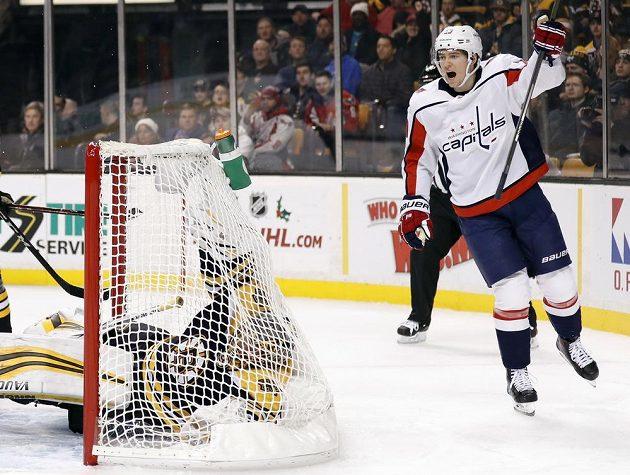 Český útočník Jakub Vrána slaví svoji trefu v dresu Washingtonu do sítě bostonských Bruins v utkání NHL.