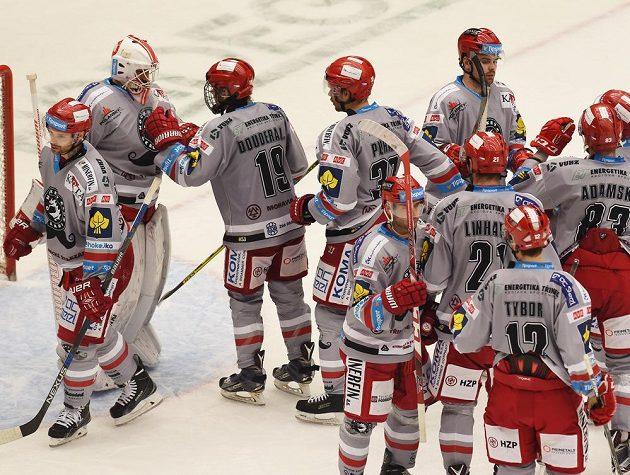 Třinečtí hokejisté se radují z vítězství nad Spartou.