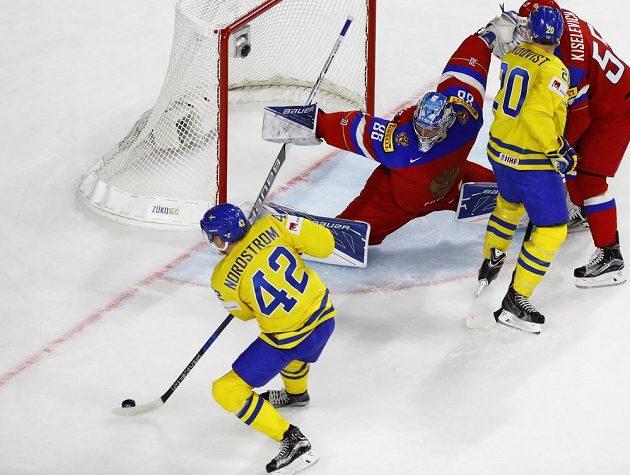 Ruský gólman Andrej Vasilevskij se hodně natahoval, když se během utkání mistrovství světa dral do šance Švéd Joakim Nordström. Nakonec se ke gólovému zakončení nedostal.