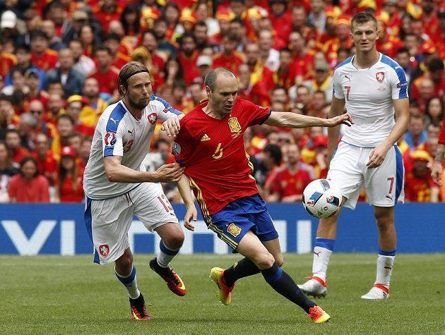 Španělský záložník Andres Iniesta bojuje s Jaroslavem Plašilem (vlevo). Vpravo přihlíží český útočník Tomáš Necid.