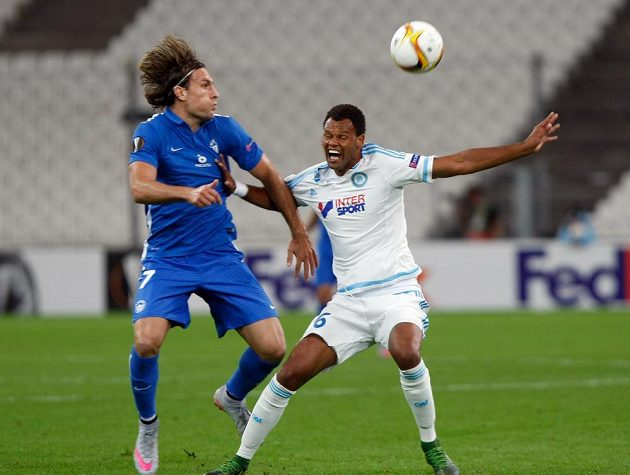 Liberecký útočník Michael Rabušic svádí souboj s Jorgem Piresem z Marseille.