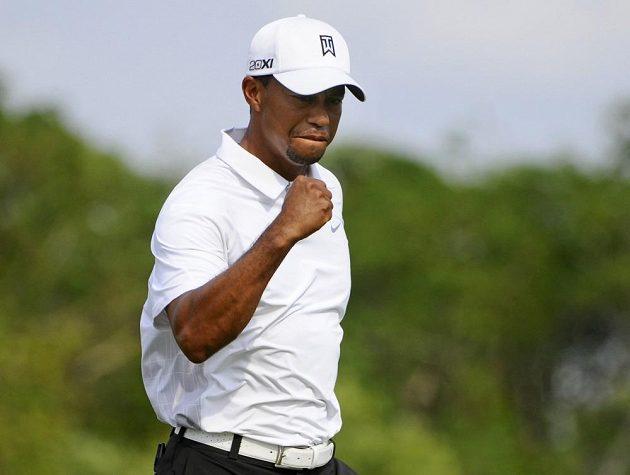 Zaťatá pěst. Woods pomalu směřuje k triumfu.